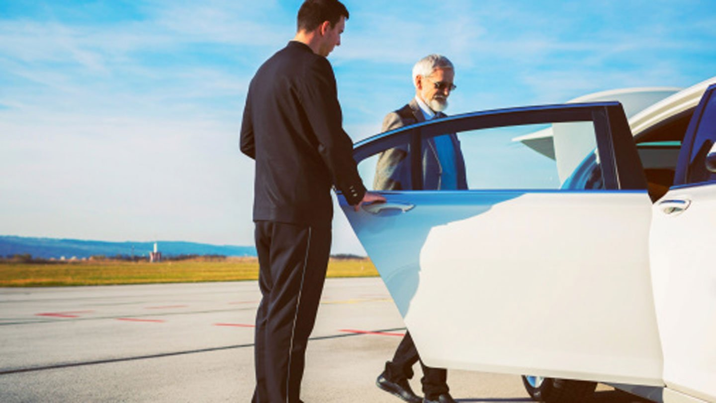 Questions-to-Ask-While-Hiring-an-Airport-Limo-Service-on-99insight